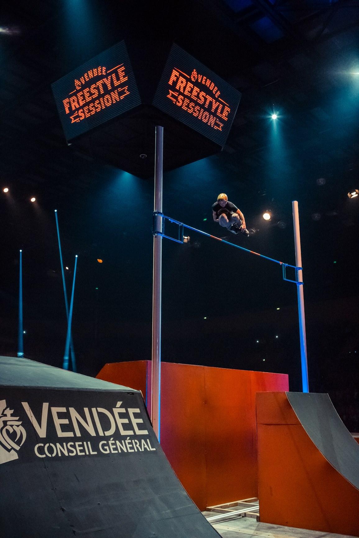 Romain Godenaire sur le saut du record du monde hauteur roller