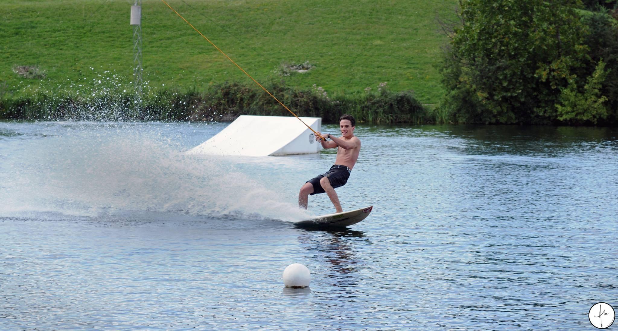 Paulo en thuster sur le cable de wakeboard